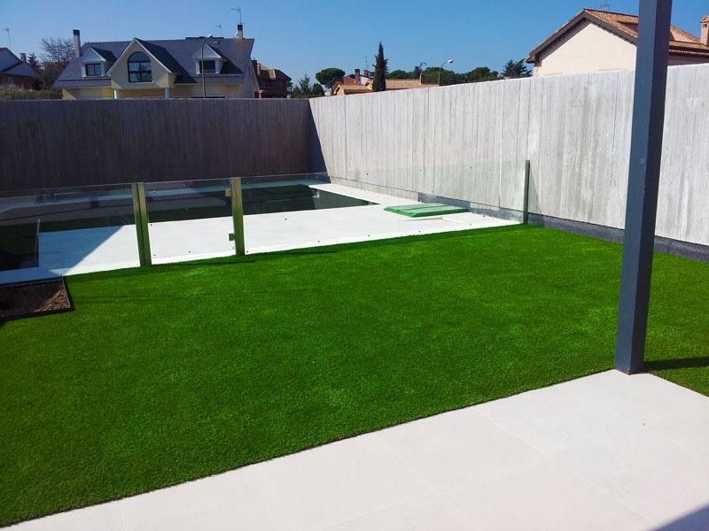 Proyecto de jardinería y césped artificial con piscina
