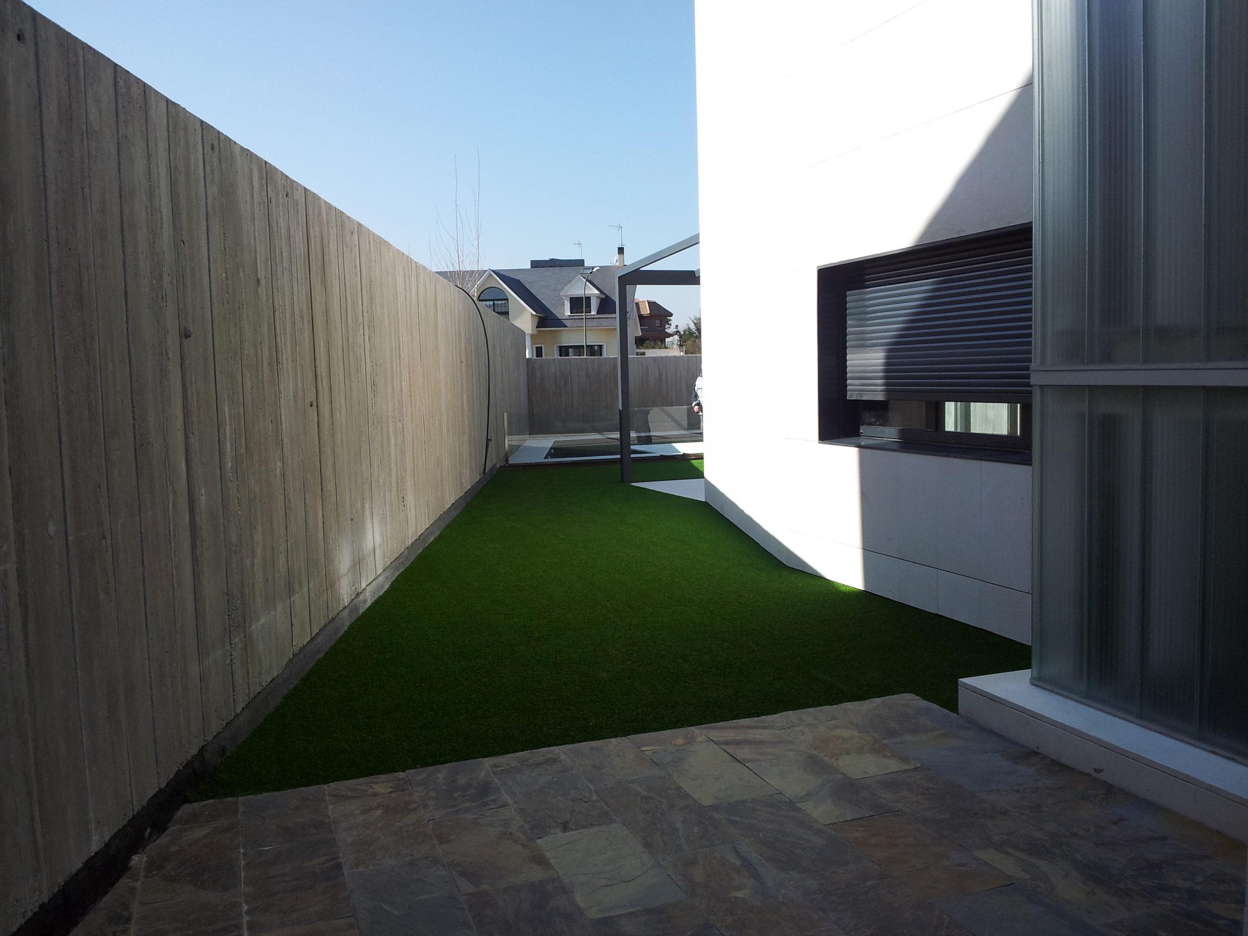 Proyecto de jardinería y césped artificial - Detalle de pasillo