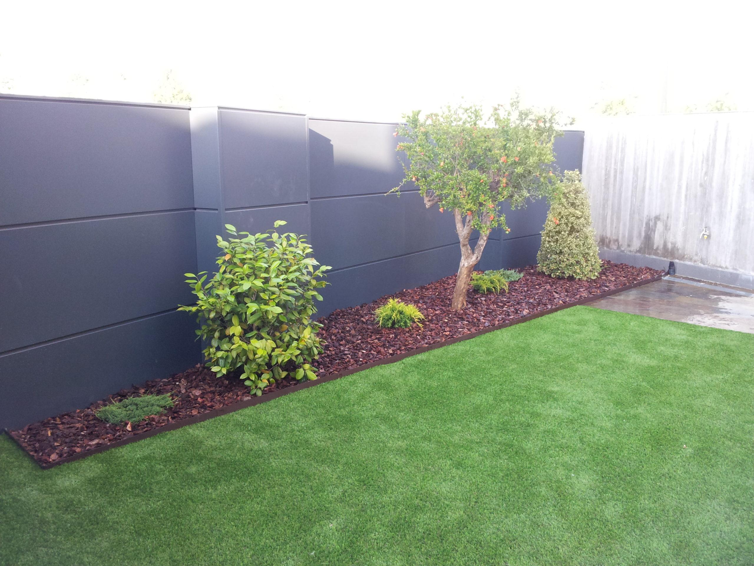 Proyecto de jardinería y césped artificial - Detalle de lateral ajardinado