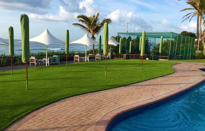 Césped artificial para piscina en hotel