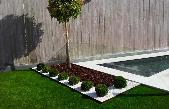 Césped artificial con decoración y bordura para jardín en Madrid